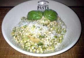 Orzo con zucchine, pistacchi e basilico