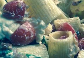Pasta fredda, datterini, stracciatella e speck croccante